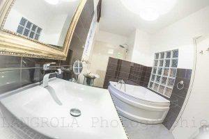 salle de bain de la suite à Sérignan